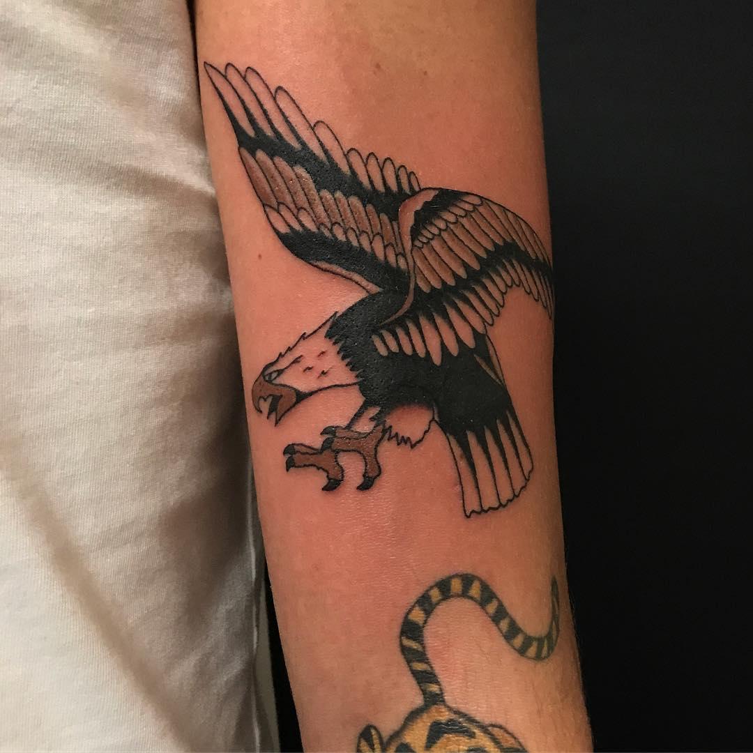 广州嘉信华庭做瑜伽教练的廉先生小臂鹰纹身图案