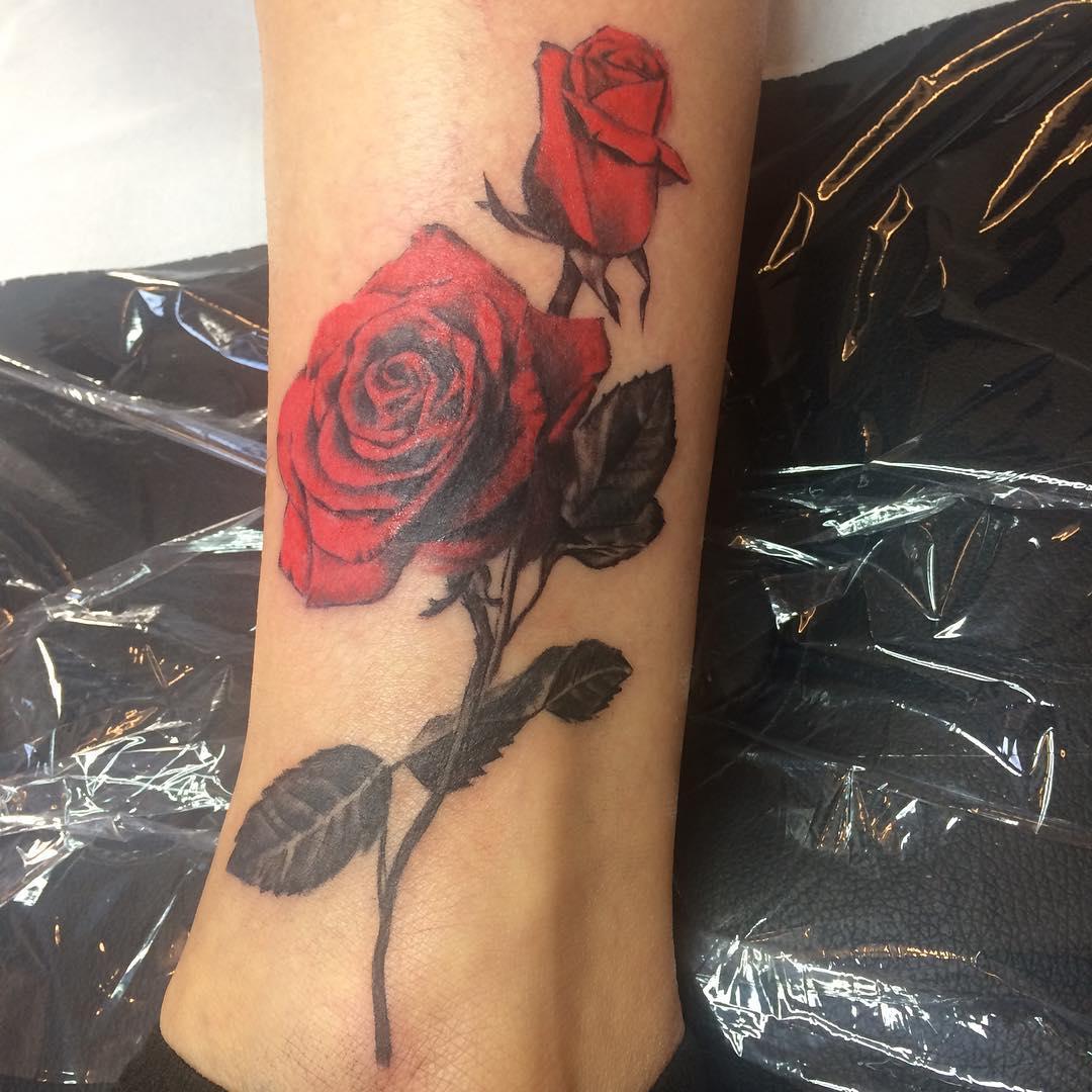 盖小姐脚踝彩色玫瑰纹身图案