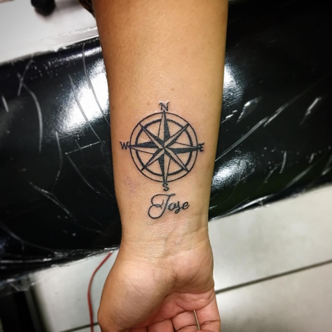 濮先生小臂指南针英文字纹身图案