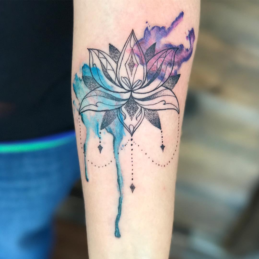国小姐小臂水彩莲花纹身图案